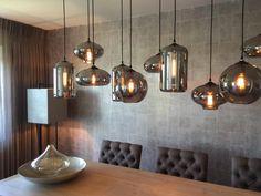Eve bulbs in woonkamer boven eettafel. Lampen in metallic smoke Interiorsdesign