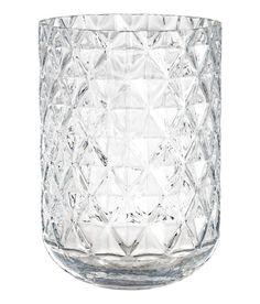 Sjekk ut dette! En stor vase i klart glass med strukturmønstret overflate. Indre diameter øverst 16,5 cm, høyde 23,5 cm. - Besøk hm.com for å se mer.