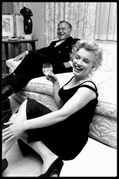 """22 Mai 1958 / (Part VI) C'est dans leur appartement de New-York, que les MILLER reçoivent les journalistes du magazine """"LIFE"""", le Producteur Kermit BLOOMGARDEN, sous l'objectif du photographe Robert W KELLEY."""