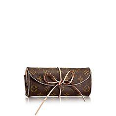 Scopri Porta Bijoux piegabile  Incredibilmente femminile, questo esclusivo Porta Bijou in tela Monogram presenta numerosi scomparti per bijou e gioielli, per viaggiare con stile ed eleganza.