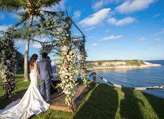 Cerimônia de #casamento na praia em Trancoso, com vista para o mar - decoração do altar com estrutura de flores e luminárias no caminho