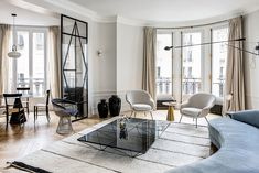 Herringbone flooring, light walls and black decor elements - this combination formed the basis of the exquisite design of this modern apartment in Paris. ✌Pufikhomes - source of home inspiration Paris Apartment Interiors, White Apartment, Apartment Design, Family Apartment, Modern French Interiors, French Interior Design, Modern Interior, My Living Room, Home And Living