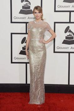 Vestido del 2014. Taylor Swift, en los Grammy, con un vestido de lame dorado con cristales de Gucci Première.
