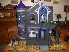 From Dream House to Nightmare House - the DIY haunted doll house. Halloween Yard Decorations, Halloween Village, Halloween Doll, Halloween Projects, Halloween Ideas, Halloween 2014, Happy Halloween, Dreamhouse Barbie, Haunted Dollhouse
