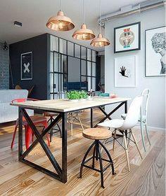 El comedor es una muestra perfecta de la estética que se siguió a la hora de decorar los diferentes ambientes: combinar piezas de diseño actual y contemporáneo con otras de estilo retro-industrial. En cuanto a la gama de color elegida, diferentes tonalidades grises se combinaron con pinceladas negras, contrapuntos de color rojo y acabados en madera que aportan calidez