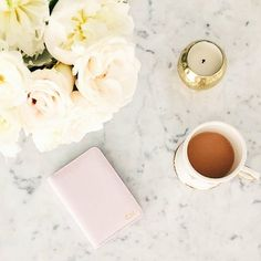 Good morning from New York ☕️ @designsbyceres shows us her pink passport holder with initials in gold. #deriwe #passportholder #personalization #designsbyceres