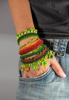 Brazalete pulsera de cuentas de ganchillo. Joyas de ganchillo. Brazalete de FreeForm Crochet. Pulsera de ganchillo naranja rojo…