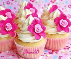 Cupcakes con flores rosadas