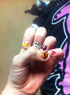 What do u guys think of my Halloween nails? I have to do the other hand tomorrow. Comment what u think of my nails :) love u guys bye