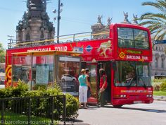 Hop-on-Hop-off sightseeing tourist bus. Prices, routes, where to buy tickets, guide to how to make the most of the tourist bus. Barcelona Tour Bus, Barcelona Tourist, Barcelona City, Barcelona Spain, Coach Travel, Travel Forums, Travel Nursing, Excursion, Sustainable Tourism