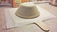 Ako prelozit  cesto na chlieb       Keď vyklopíme prekvasené cesto chlebíka na papier na pečenie, niekedy sa nám ťažko- najmä pri väčších a redších cestách- prenáša do rúry. A nakoľko kváskový chlebík potrebujeme šupnúť do rúry rýchlo, aby nám teplota v