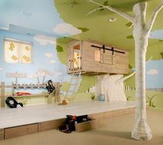 Kinderkamer met getekende natuur op de muren en het plafond en een boomhut.