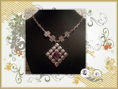Collar con motivo celta color plateado con colgante cuadrado y flor morada de tela con cadena metal (hierro)
