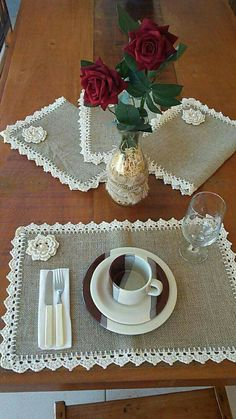 This Pin was discovered by AntSet tovaglietta x Simona.Burlap Table runner with dusty hay country lace Rustic RunnDiscover thousands of images about Burlap Projects, Burlap Crafts, Crochet Projects, Sewing Projects, Projects To Try, Crochet Kitchen, Crochet Home, Crafts To Sell, Diy And Crafts
