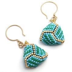 d46f0c96ba0c Estos aretes coloridos están pendientes de triángulo cordón tejido peyote  stitch en azul