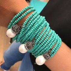 Mix de pulseiras em pedras naturais turquesas e pérolas! 💎✨ . MAIS INFORMAÇÕES DO FORNECEDOR ATACADO VIA DIRECT📲 . Siga as dicas do Núcleo… Crafts To Make And Sell, How To Make, Jewelery, Jewelry Bracelets, African Beads, Girls Accessories, Turquoise Bracelet, Creations, Jewelry Making