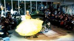 John Galliano Verano 1995 - El famoso vestido amarillo de la colección Pin Up de 1995 para su propia firma. El vestido con cuerpo de plumas y megafalda de tul, un homenaje a la Alta Costura de Dior o Fath de los años cincuenta. El vestido fue portada de todas las revistas especializadas y editoriales de moda de todo el planeta. Vogue USA eligió esta colección junto a las de Gianni Versace, Helmut Lang, Armani y Oscar de la Renta, como una de las más relevantes e importantes de aquel año. La…