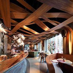 impresionante techo en el local, la madera viste y dibuja ese espacio.