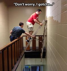 Most of the dangerous works done by men and sometimes they don't care about safety first. Take a look at these 40 funny safety fail pictures of men that confirms why women live longer than men. Stupid People, Funny People, Stupid Man, Image Hilarante, Safety Fail, Darwin Awards, Funny Quotes, Funny Memes, It's Funny