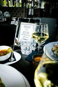 Genießt bei uns ein privates Abendessen im 20er Jahre Flair zum Jahrestag Restaurant, Snacks, Alcoholic Drinks, Wine, Table Decorations, Glass, Food, Lunch Bags, Fish Dishes