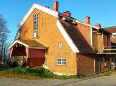 Etelä-Suomessa törmää aina välillä erikoiseen asetelmaan - vanhan kartanon tai maatilan navetta kilpailee upeudessa tasaväkisesti päärakennuksen kanssa! Yleensä taustalla on se että päärakennus on reilusti vanhempi ja uusi navetta on sitten pykätty viereen 1900-luvun alkuvuosikymmeninä kun rahaa ja rakennustarvikkeita on ollut paremmin saatavilla. Tässä kuvassa Vantaan Katrinebergin kartanon pysäyttävä tiilinavetta 1930-luvun alusta.