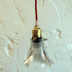 Petite lampe suspension luminaire abat jour transparent en verre moulé... http://www.lanouvelleraffinerie.com/plafonniers-suspensions-lustres/1279-petite-lampe-suspension-luminaire-abat-jour-transparent-en-verre-moule.html