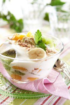 Hunajainen hedelmäjogurtti   K-Ruoka #kesä Mornings, Panna Cotta, Ethnic Recipes, Food, Dulce De Leche, Acre, Essen, Meals, Yemek