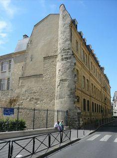 Muraille de Philippe-Auguste. Rue des Jardins Saint-Paul : la Tour Montgomery Paris 75004
