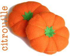 TUTO : Cliquez sur chaque photo pour voir en plus grand Dans la feutrine orange, coupez 2 grands cercles. Dans la feutrine verte,...