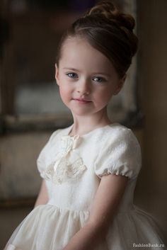 Yuri Kravtsov this is the most beautiful contemporary portrait of a little girl i have ever seen....every thing about it is lovely!