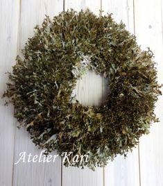 Atelier Kari naturdekorasjoner og kranser Christmas Wreaths, Holiday Decor, Wood, Home Decor, Atelier, Decoration Home, Woodwind Instrument, Room Decor, Timber Wood