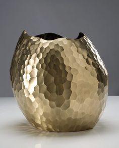 Large bronze facet vase by David Wiseman Copper Crafts, Copper Art, Vase Centerpieces, Vases Decor, Interior Accessories, Decorative Accessories, Farmhouse Vases, Sculptures Céramiques, Clay Vase
