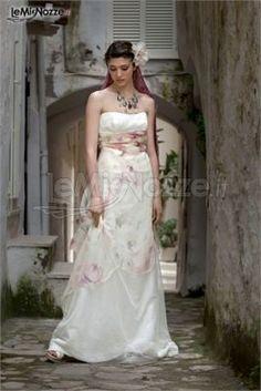 http://www.lemienozze.it/operatori-matrimonio/vestiti_da_sposa/daniela_gristina/media/foto/23 Abito da sposa dalla linea sinuosa, con fiori pastello.