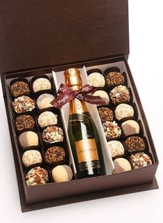 Champagne (or black label) in middles, chocolates on one side, Calvin's folded on the other side w/ cigar Cookies Box, Diy Cadeau Noel, Cake Packaging, Chocolate Gifts, Chocolate Shop, Chocolate Art, Chocolate Covered Strawberries, Homemade Gifts, Gift Baskets