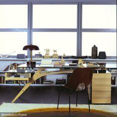 Der Futuristische Schreibtisch Im Arbeitszimmer Zieht Alle Blicke Auf Sich.  Das Helle Holz Sieht Durch