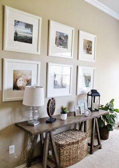 Muros color beige combinado con marrones, blanco, madera, mimbre y muchos cuadros, para crear un espacio rústico y elegante a la vez.