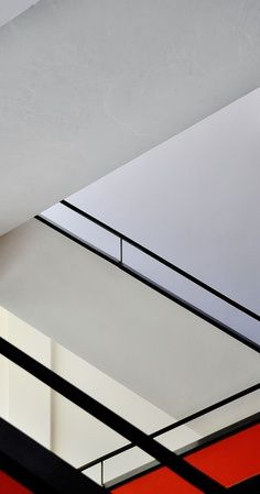A staircase in the Bauhaus school of design, Staatliches Bauhaus, in Dessau, Germany. Featured in the 'sPraying Art' gallery on [link] Bauhaus Lines Walter Gropius, Bauhaus Style, Bauhaus Design, Mondrian, Design Innovation, Black Interior Design, Philip Johnson, Art And Architecture, Stairs