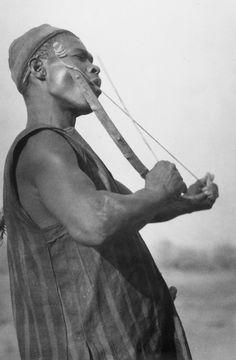 African music: Samo in Burkina Faso mit einem Mundbogen, 1970/71
