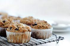 Diese Frühstücksmuffins kommen komplett ohne zugesetzten Zucker oder Fett aus. Du brauchst lediglich drei Zutaten. Perfekt, wenn es mal schnell gehen muss!