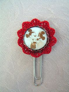 I made some new, lace decorated bottle cap accessories, in this time with new, red lace. Soon I'll get the jewels, but now, I'll show you this beautiful bookmark:  Mickey Mouse and Minnie in the 1920s