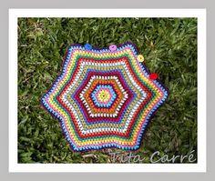 Almofada Hexágono gigante em Crochet disponível em http://www.elo7.com.br/titacarre