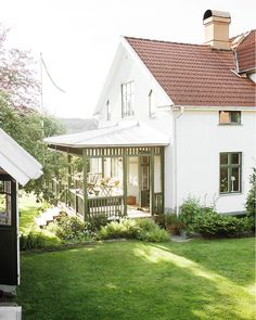 Cottage Porch, Cottage Homes, Small Country Homes, Dream Mansion, Weekend House, Garden Deco, Swedish House, House Built, Pergola