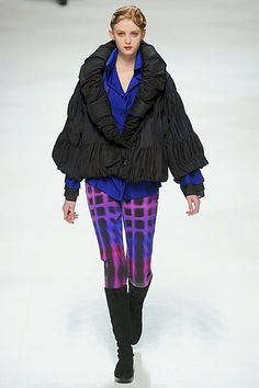 Issey Miyake Fall 2010 Ready-to-Wear Fashion Show Fashion Details, Timeless Fashion, Fashion Design, Geometric Fashion, Issey Miyake, Western Outfits, Kenzo, Body Shapes, Ready To Wear