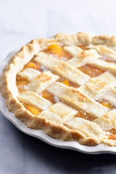 This Classic Peach Pie Recipe is an easy favorite pie! Made with a lattice-topped double crust and filled with delicious peaches, it's the best peach pie! Köstliche Desserts, Holiday Desserts, Dessert Recipes, Fresh Peach Recipes, Sweet Recipes, Easy Recipes, Yummy Snacks, Delicious Desserts, Yummy Food
