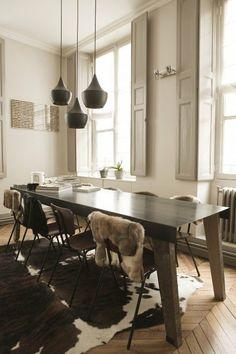 Un bon mélange de matières pour la table de salle à manger ! by The Socialite Family