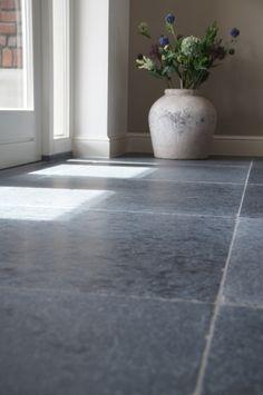 Prachtige Vietnamese Hardsteen vloertegels 80x80 cm. Kijk op www.natuursteenmeterik.nl