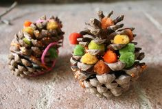 Take some inspiration from mother nature! Grab some pine cones on your next nature walk. Decorate them with string, glitter, colored glue, small poms and whatever art supplies you may have! From @Buggy and Buddy.