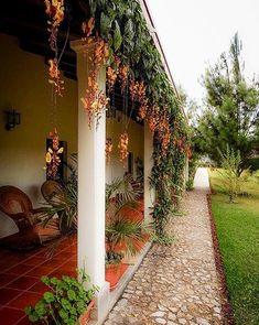 icu ~ Casa Gaya Hotel Coban Altaverapaz Guatemala in 2019 Hacienda Style Homes, Spanish Style Homes, Spanish House, Backyard Patio, Backyard Landscaping, Coban, Mexico House, Village House Design, Mediterranean Home Decor