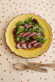 冷めてもおいしく作りおきにも向く、ローストビーフのサラダ仕立て。/一品あれば大満足のごちそうレシピ(「はんど&はあと」2012年12月号)