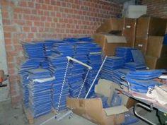 Las almohadillas del edificio multiusos se pudren en un rincón